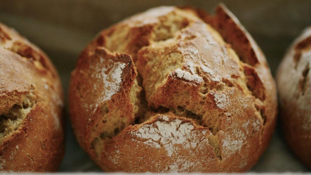asi-es-el-pan-que-se-prefiere-en-espanha-tamanho-medio-y-de-panaderia-1920